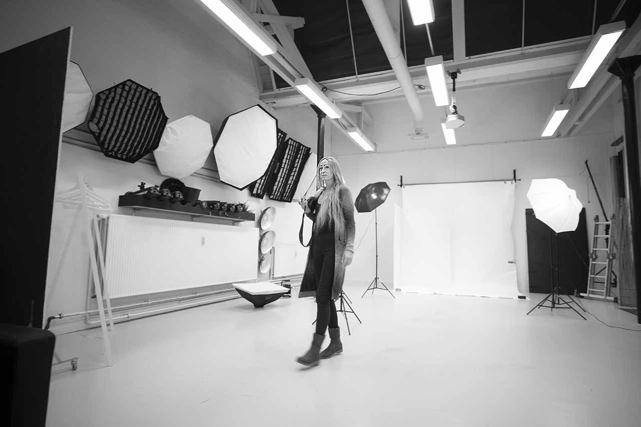 fotografen på arbejde i fotostudiet Aarhus
